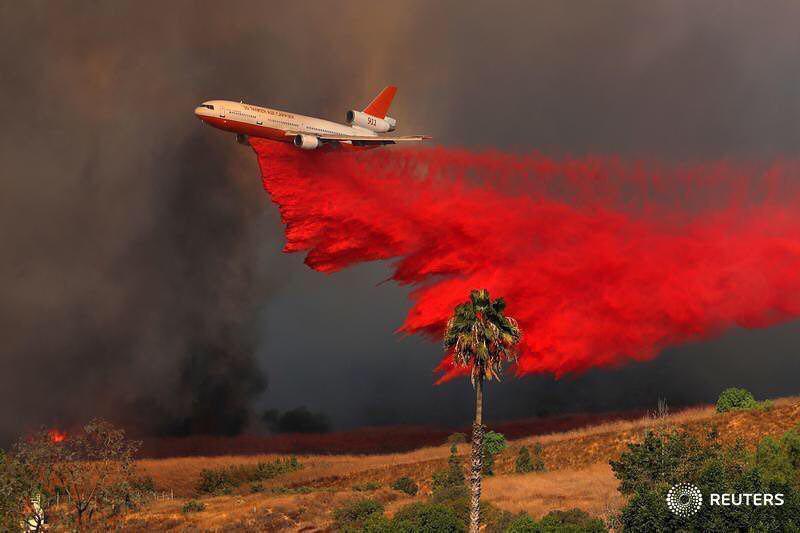 هواپيماي DC_10 در حال خاموش كردن آتش در زمين های كالیفرنيا (عکس)