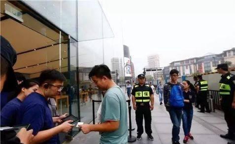 استقبال کم چینی ها از خرید آیفون 8 (+عکس)