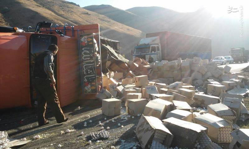 واژگونی کامیون حمل تخم مرغ (عکس)