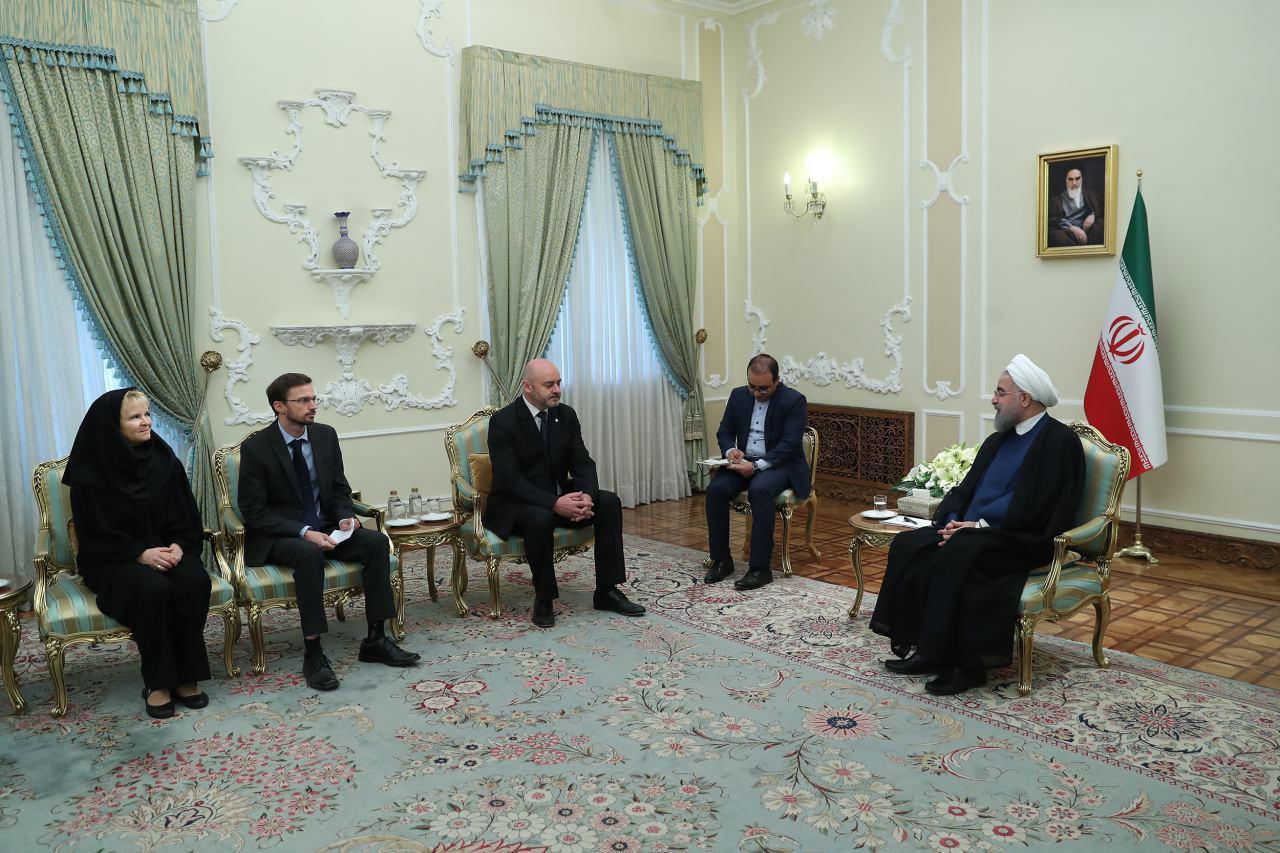پوشیدن مقنعه عضو هیات همراه سفیر جدید چک هنگام تقدیم استوارنامه به روحانی (عکس)