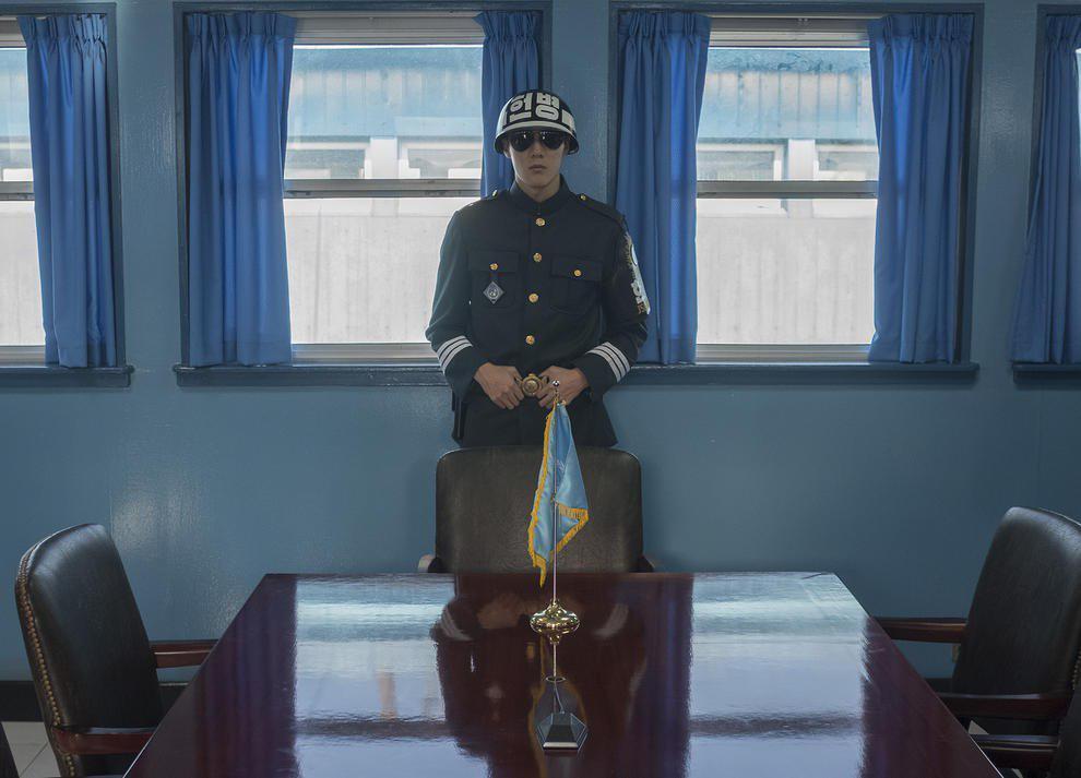 سرباز کره جنوبی در اتاق کنفرانس مشترک دو کره در منطقه صفر مرزی (عکس)