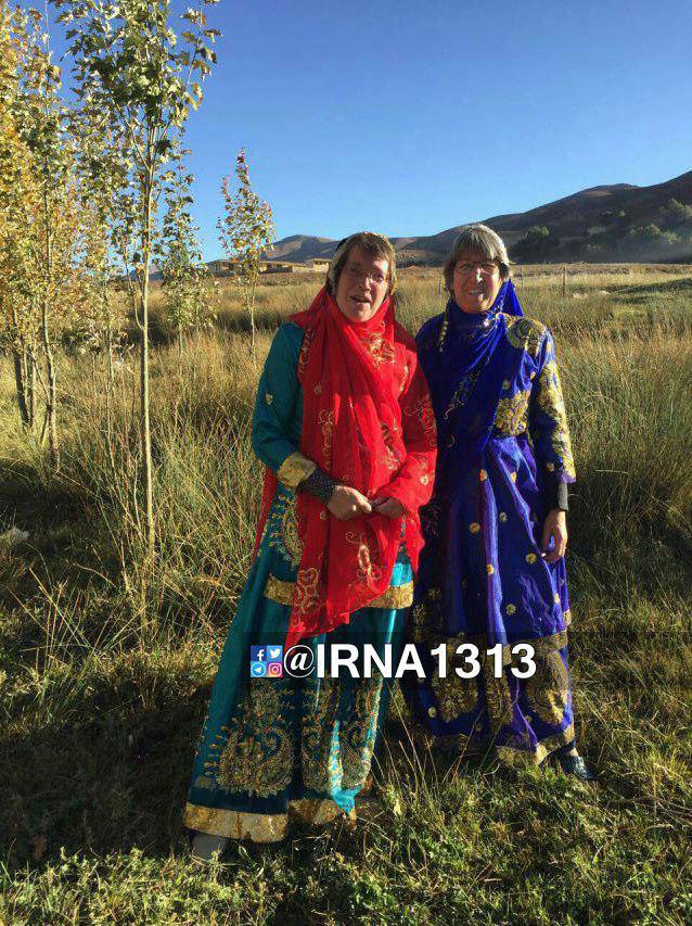 2 گردشگر خارجی با لباس محلی زنان بختیاری (عکس)