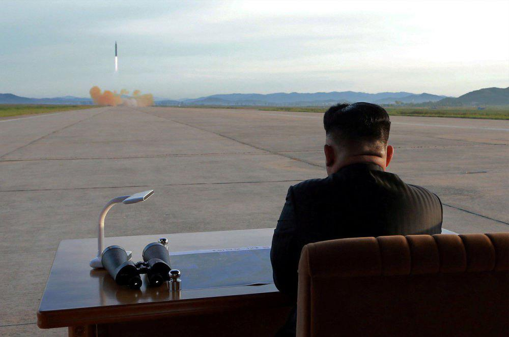 رهبر کره شمالی در حال تماشای پرتاب موشک (+عکس)