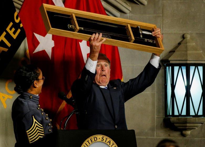واکنش عجیب جرج بوش پس از تقدیر شدن با شمشیر! (عکس)