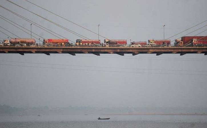 ترسناک ترین ترافیک روی پلی در هندوستان (عکس)