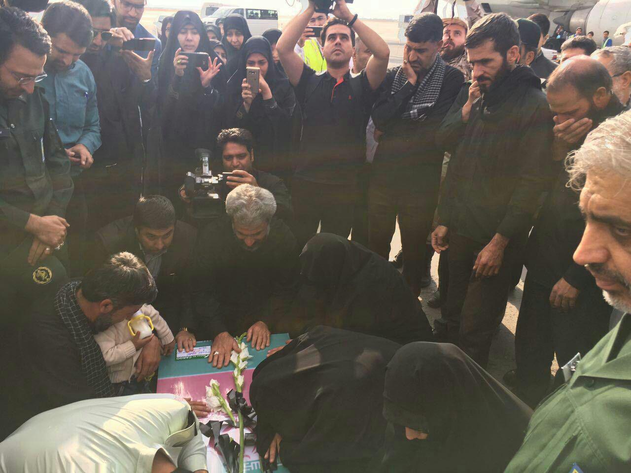 ورود پیکر شهید حججی به فرودگاه مشهد (+عکس)