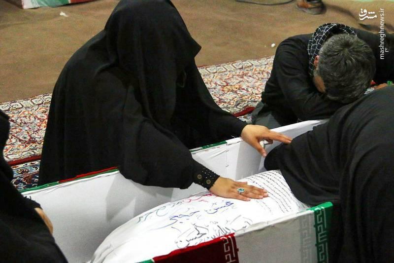 وداع جانسوز همسر شهید حججی با پیکر شهید (+عکس)