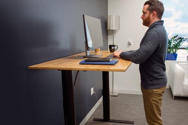 از فواید استفاده از میز کار ایستاده