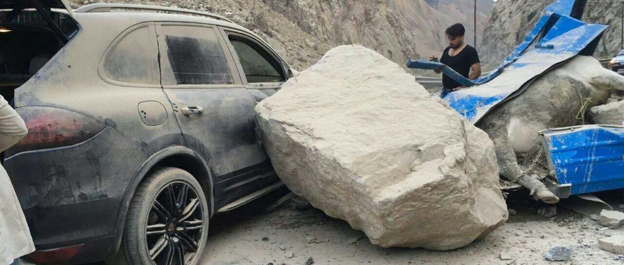 ریزش سنگ در جاده هراز/ تخت سنگها روی پورشه و پراید (عکس)