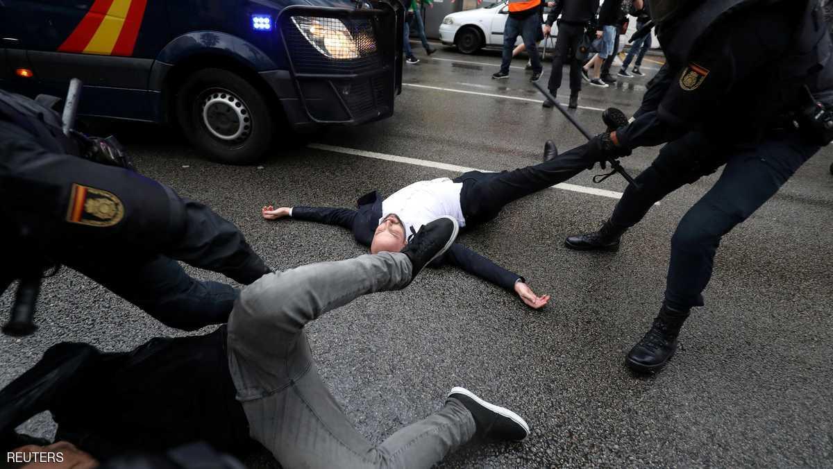 برگزاری همه پرسی استقلال کاتالونیا از اسپانیا / حمله پلیس دولت مرکزی به حامیان همه پرسی (+عکس)/ 38 زخمی و تعدادی بازداشتی / شلیک گلوله پلاستیکی/ پیکه رای داد