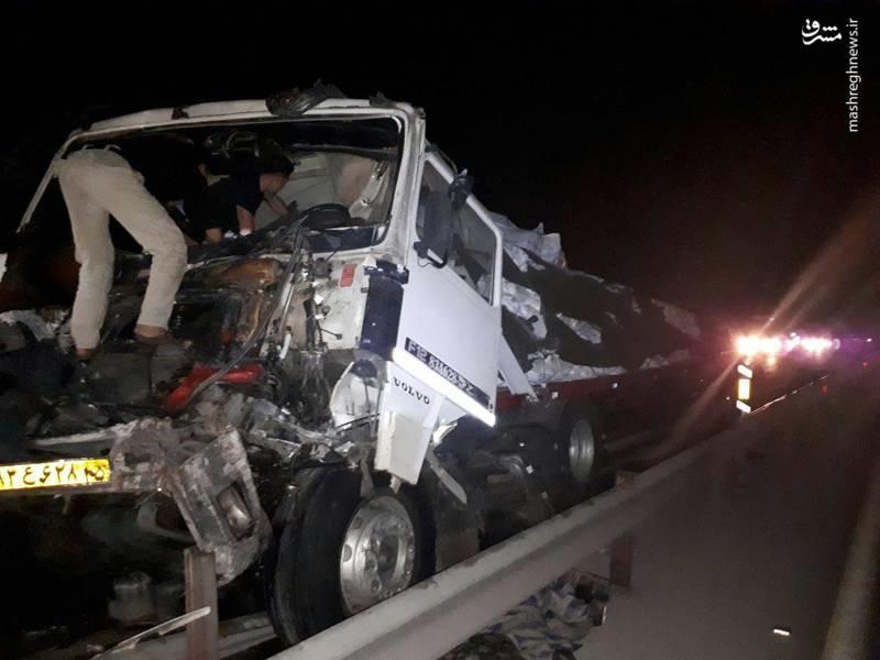 تصادف شدید تریلی با کامیون در جاده کاشان (عکس)