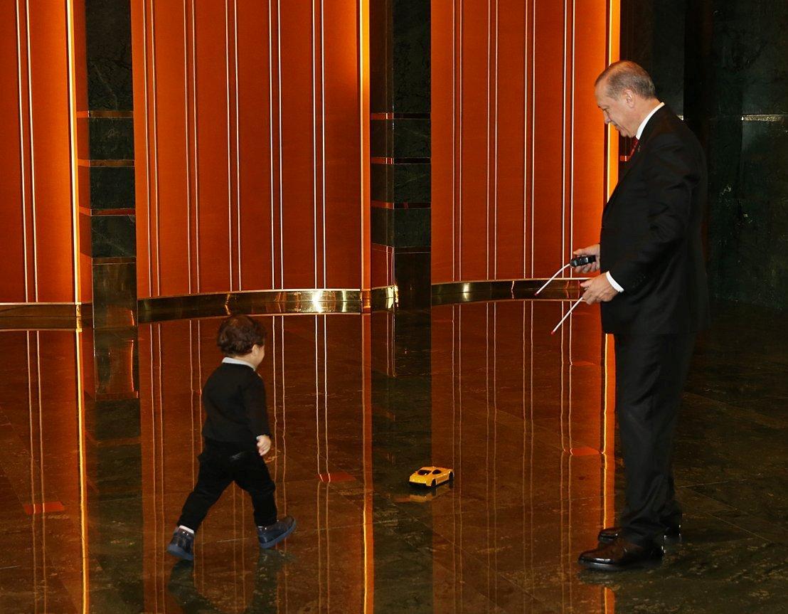 بازی کودکانه اردوغان با نوهاش (عکس)