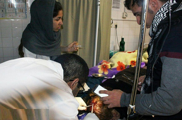 جراحی اورژانسی زیر نور چراغ قوه تلفن همراه (عکس)