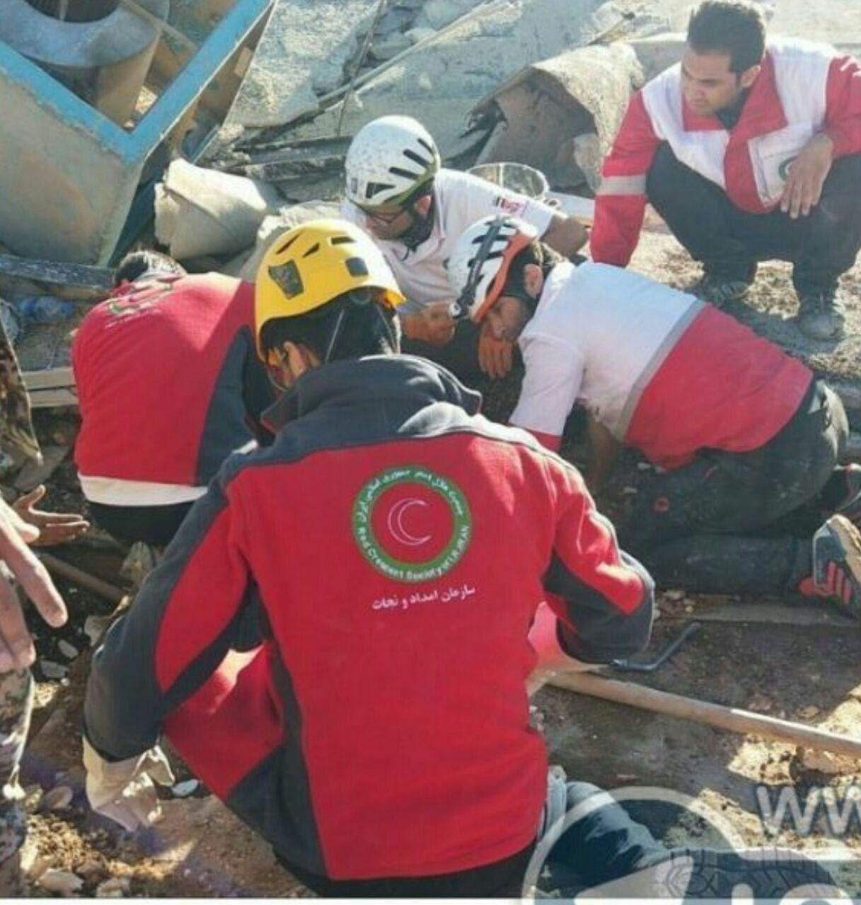 پیدا شدن نوزاد زنده از زیر آوار زلزله دیشب در سرپل ذهاب (عکس)