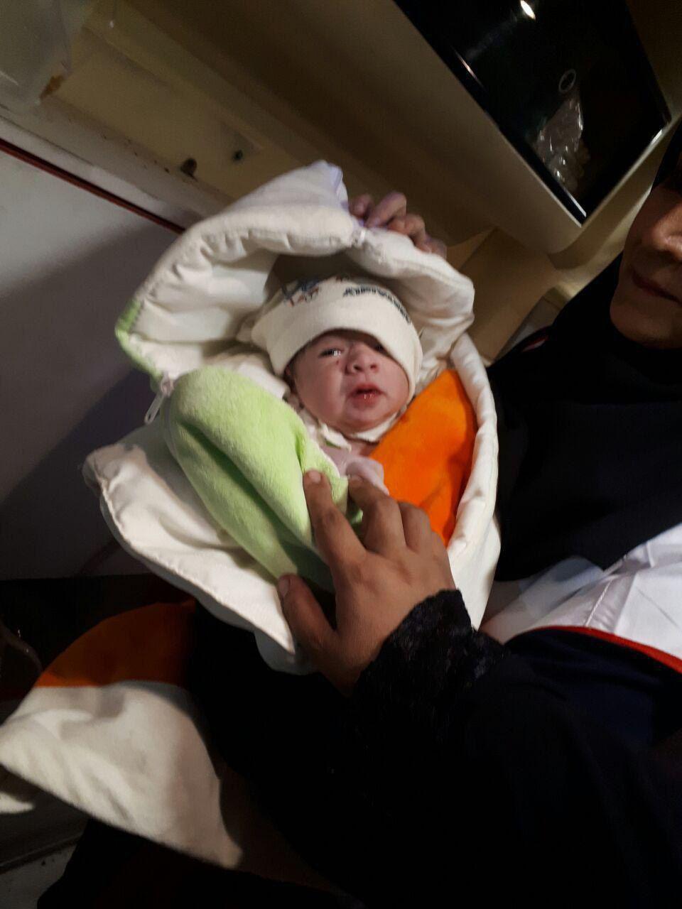 تولد یک نوزاد در مناطق زلزلهزده (عکس)