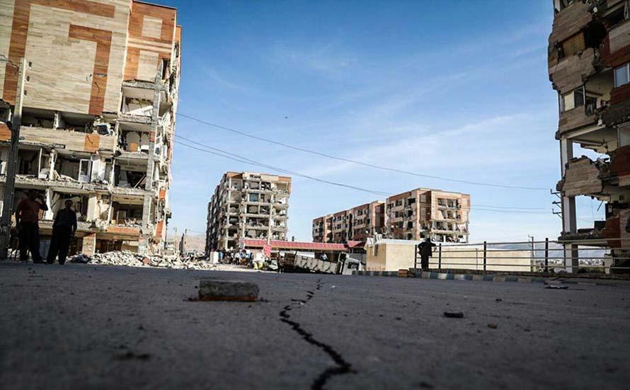 شکاف زمین بعد از زلزله سر پل ذهاب (عکس)