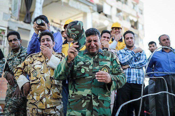 اشک امدادرسانان ارتشی اعزامی به مناطق زلزله زده (عکس)
