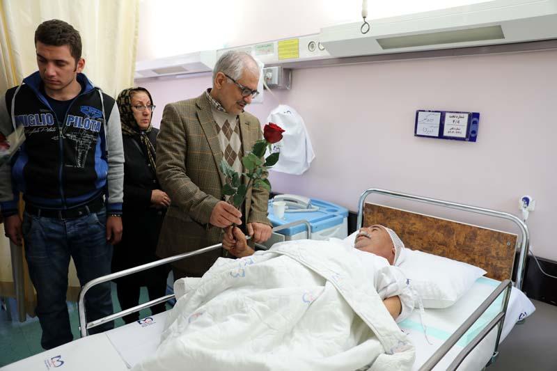 عيادت مدير عامل بيمارستان ميلاد از آسيب ديدگان زلزله غرب كشور+ اسامي مجروحان