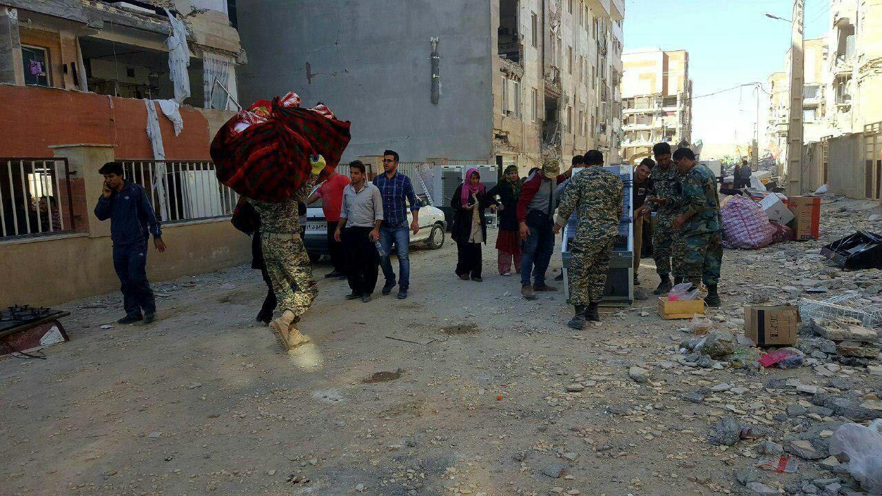 جابجا کردن وسایل مردم زلزلهزده توسط کلاه سبزهای ارتش (عکس)