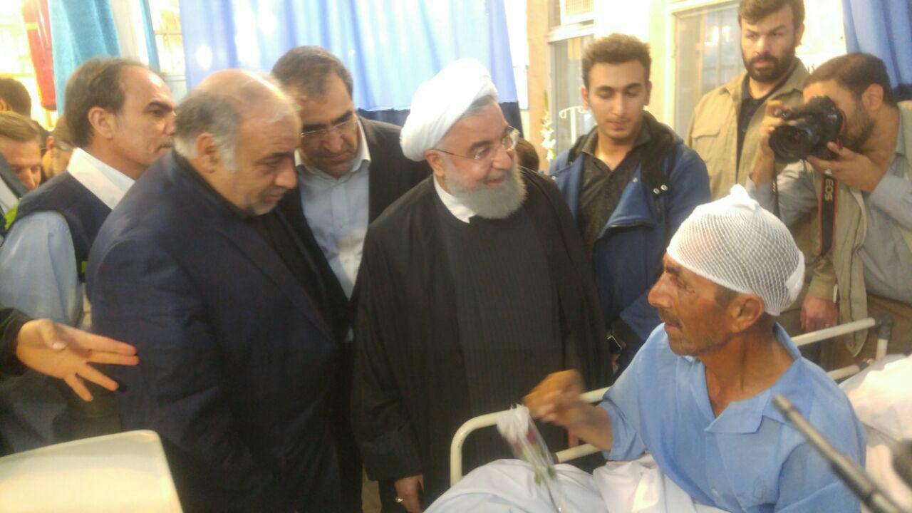 روحانی از مصدومان زلزله عیادت کرد (+عکس)