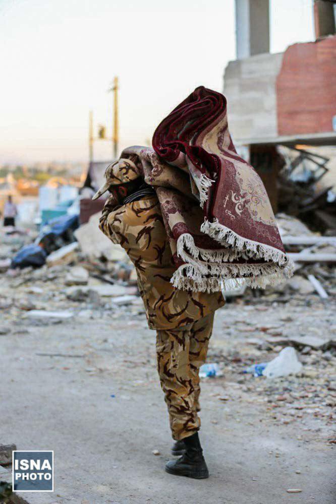حمل وسایل زلزلهزدگان توسط نیروهای ارتش (عکس)