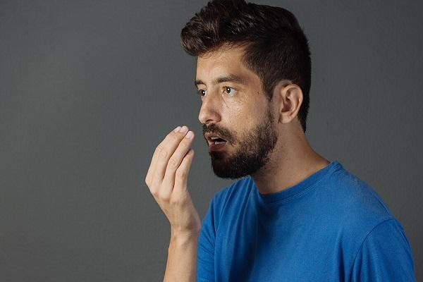 دلیل بوی بد دهان پس از بیدار شدن از خواب