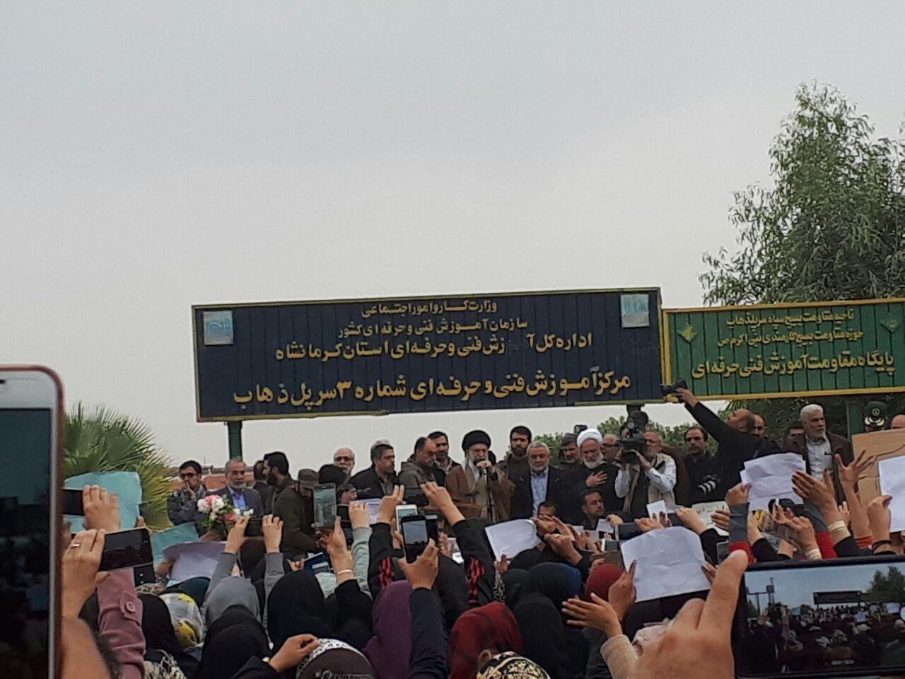 نخستین تصویر از حضور سرزده رهبر معظم انقلاب در مناطق زلزله زده (عکس)