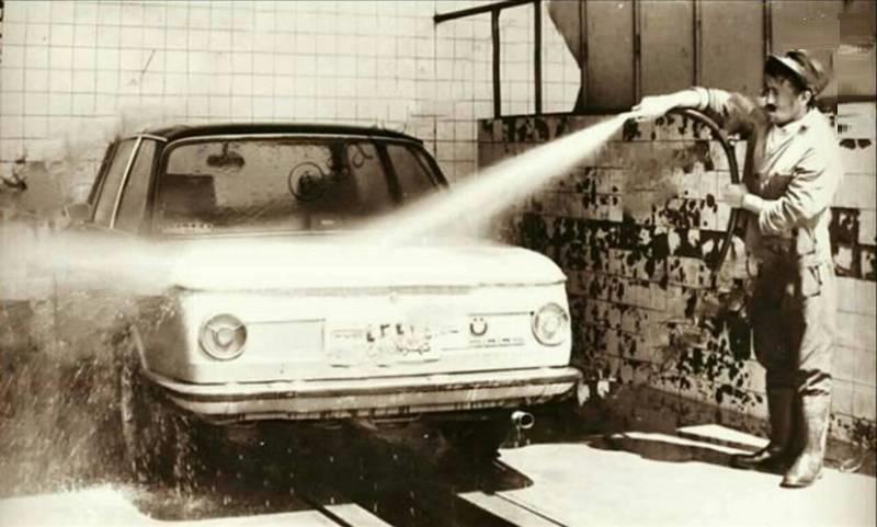 کارواش در دهه ۵۰ (عکس)
