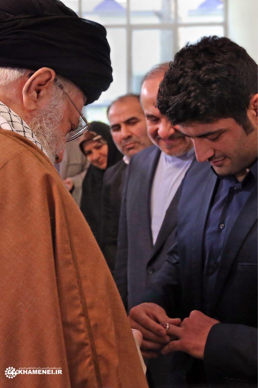 اهدای انگشتر مقام معظم رهبری به علیرضا کریمی (عکس)