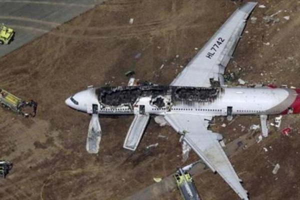 فرود وحشت آور هواپیما در جاده پر تردد (+عکس)