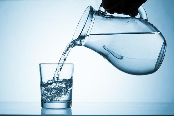 ترفندهایی ساده برای این که بیشتر آب بنوشیم