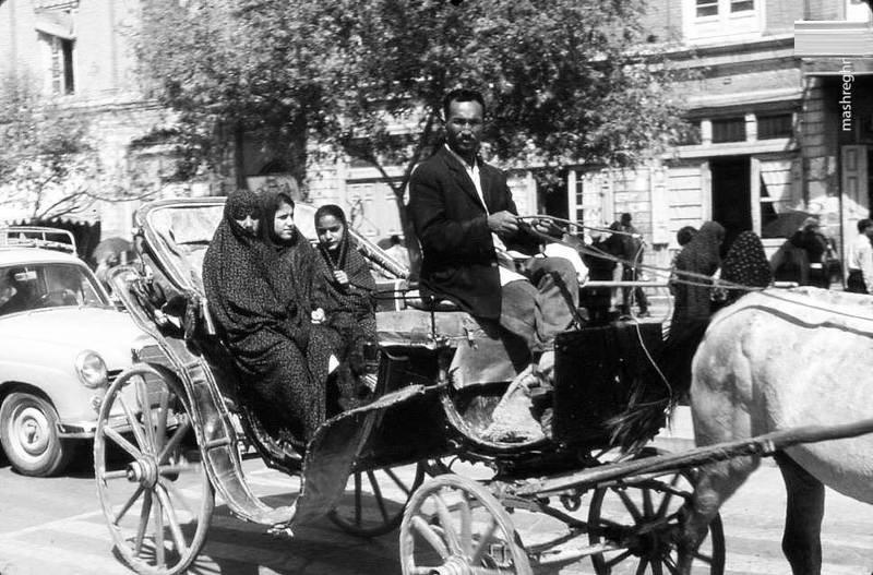 درشکه سواری در تهران دهه ٤٠ (عکس)