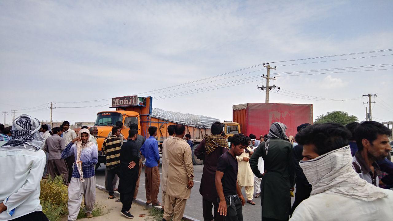 کشاورزان معترض، جاده ترانزیتی رودبار-جازموریان را بستند/ اگر محصول را الساعه نخرند، همهاش از بین خواهد رفت / گزارش رجانیوز از وضع اسفبار کشاورزان جنوب کرمان که صدایشان به هیچکس نمیرسد (+عکس)