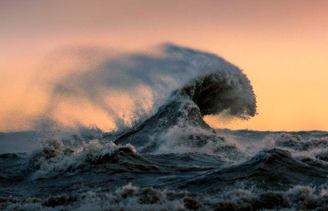 سقوط موجهای دریا (عکس)