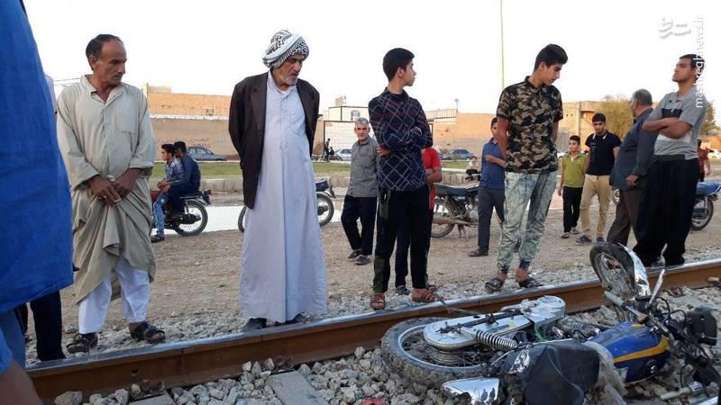 تصادف مرگبار جوان موتورسوار با قطار (عکس)