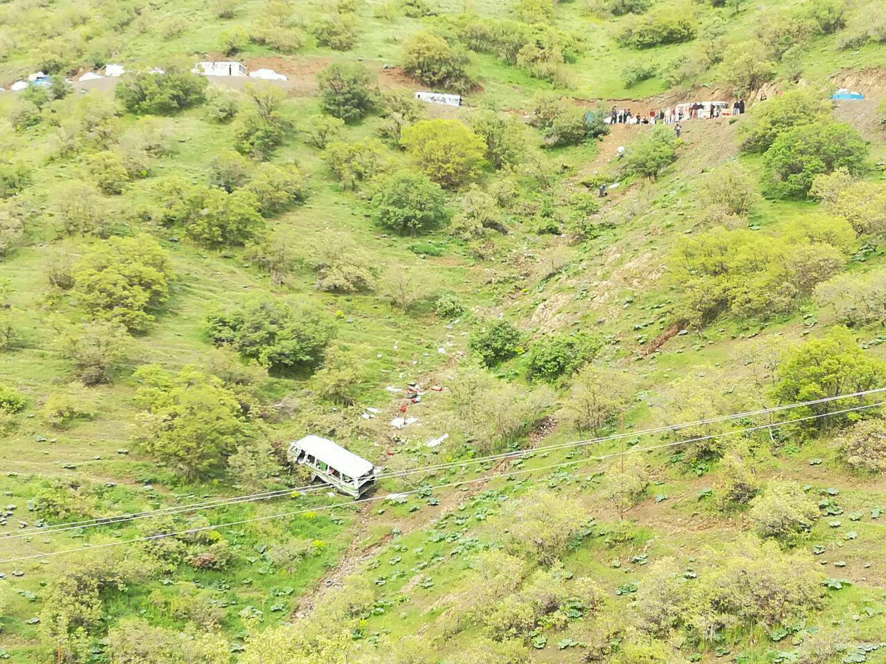 2 کشته و 13 مصدوم درسقوط مینی بوس - در کردستان (+عکس)