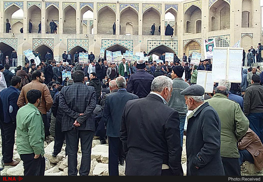 تجمع کشاورزان اصفهان در مقابل پل خواجو (+عکس)