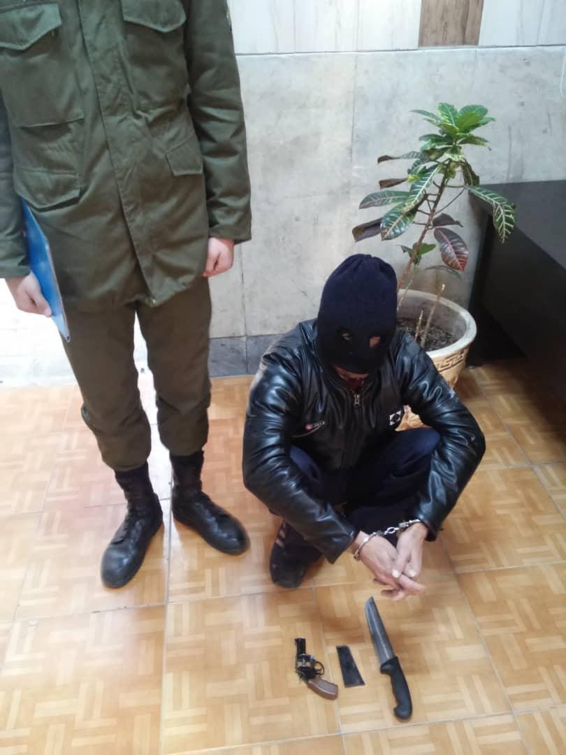 بازداشت سارق مسلح منزل پیرزن حین فرار از محل  (+عکس)
