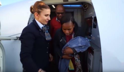 Image result for نوزاد کوچک یک خانواده که قرار نبود به این زودی به دنیا بیایید، با تولدش همه مسافران یک هواپیما را غافلگیر کرد.