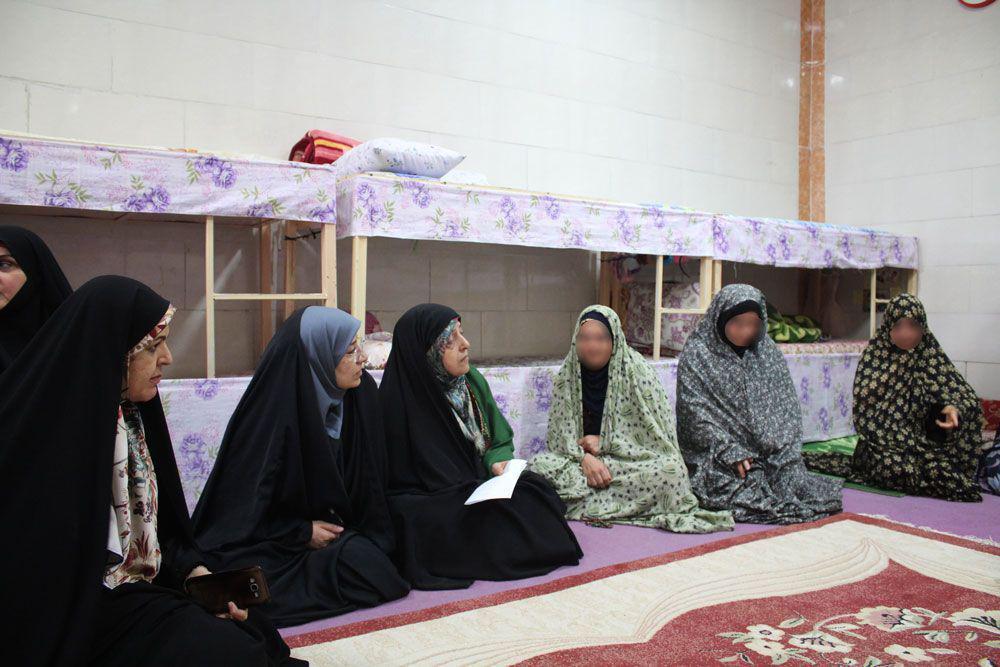 دیدار ابتکار با زندانیان زن در اهواز (+عکس)