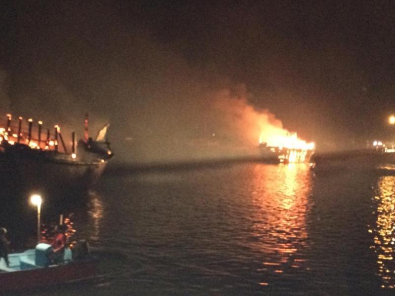 آتشسوزی 4 لنج باری در بندر عامری بوشهر (+عکس)