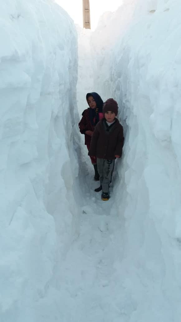 گفتگو با معلمی که برای دانش آموزانش در دل برف تونل زد (+عکس)