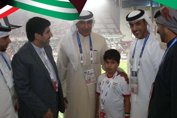 برخورد جالب اماراتیها با کودک ایرانی در استادیوم (+عکس)
