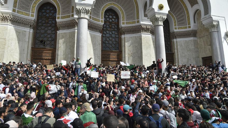 ده ها هزار الجزایری خواستار کناره گیری بوتفلیقه از قدرت شدند