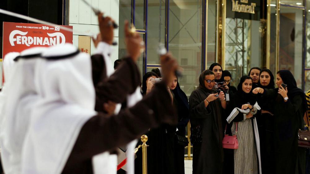 رویترز: احتمال پایان تفکیک جنسیتی در اماکن عمومی عربستان
