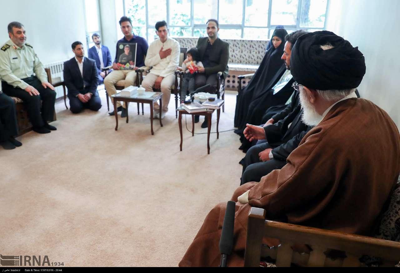دیدار خانوادههای 2 شهید با رهبری