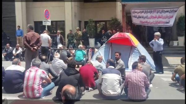 چادر زدن کارگران مقابل سازمان خصوصیسازی (+عکس)