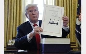 تصویر امضای ترامپ برای خروج آمریکا از برجام