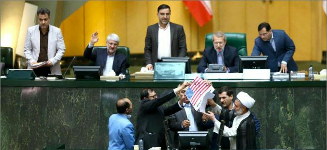 نمایندگان مجلس پرچم آمریکا را آتش زدند (+عکس و فیلم)