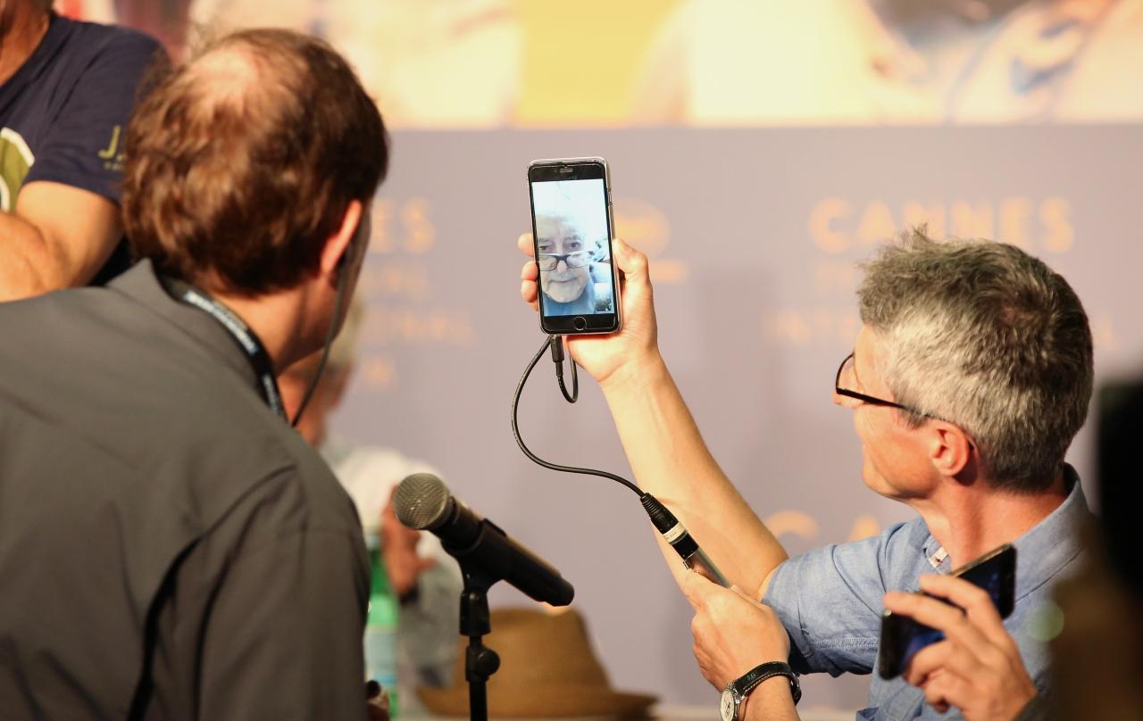 لحظه ای نادر در تاریخ جشنواره کن: حضور در نشست مطبوعاتی از طریق موبایل ( عکس + فیلم)